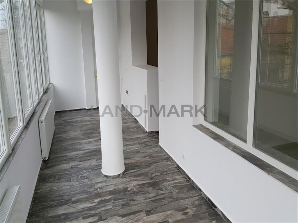 Vand apartament cu trei camere, in asociatie