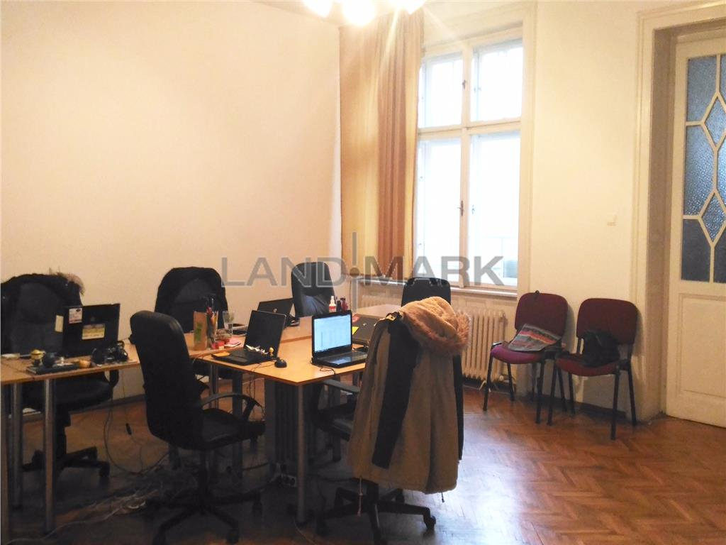 Vand apartament cu 4 camere ultracentral, in imobil istoric
