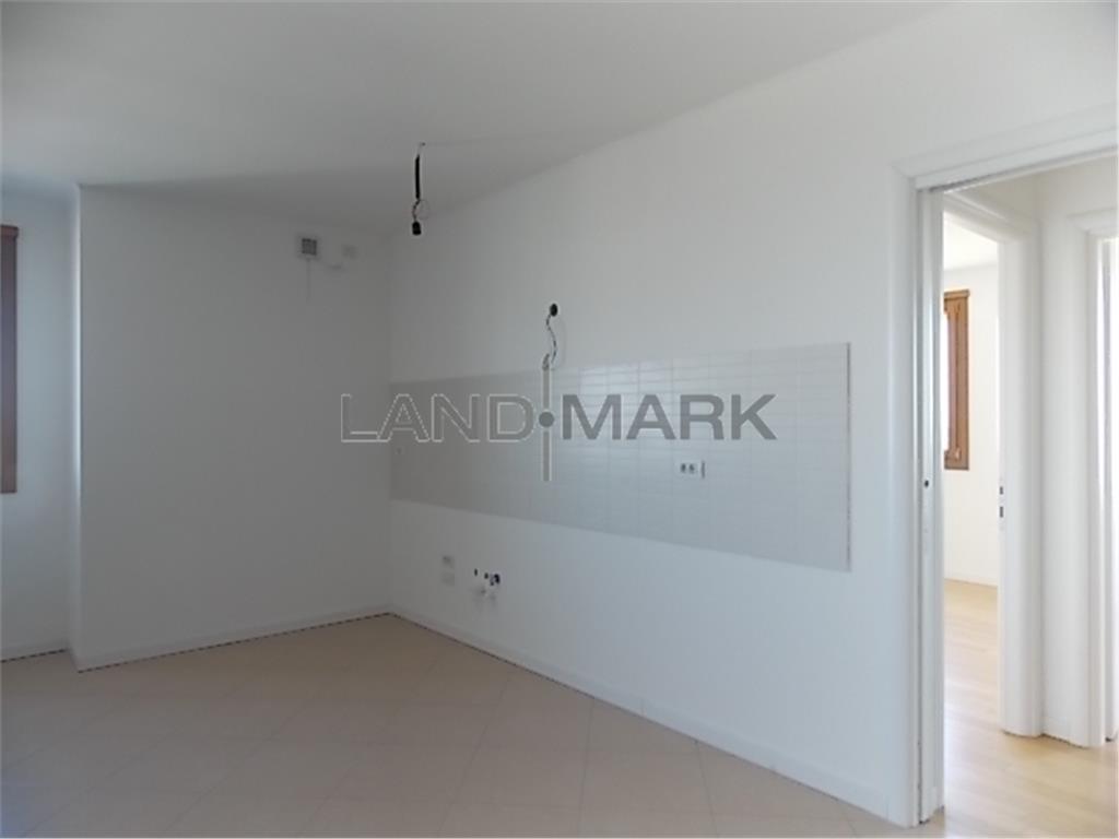 Apartament trei camere, central, bloc nou