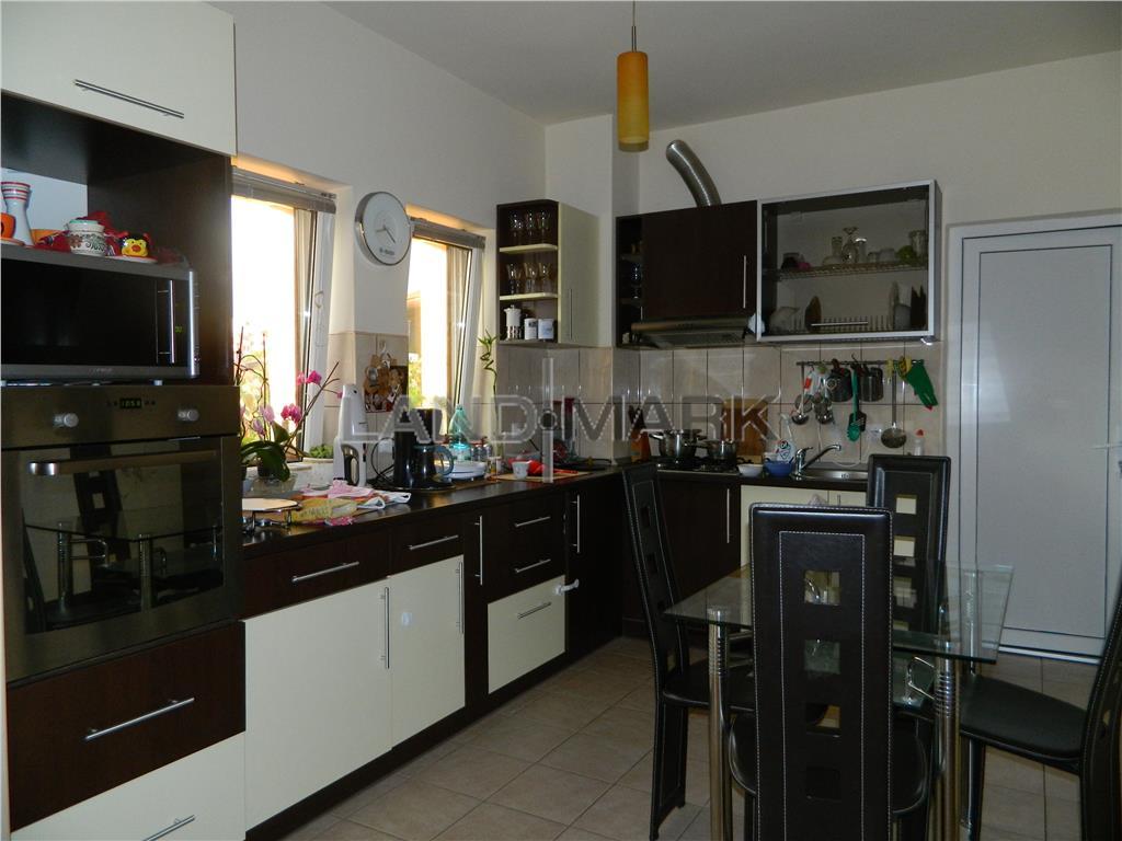 Vila noua Braytim, 4 dormitoare, garaj, strada linistita.